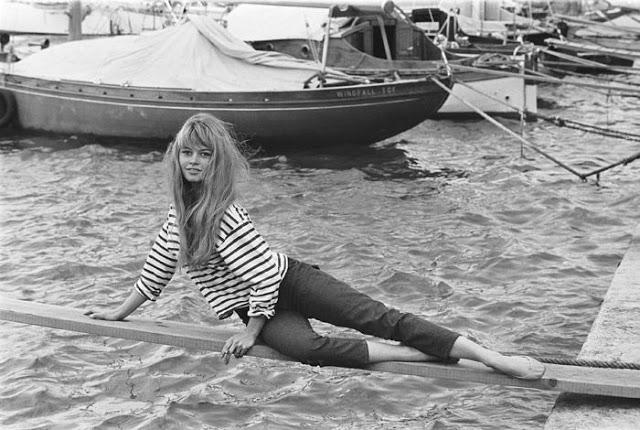 Brigitte Bardot mit Marinière im Hafen